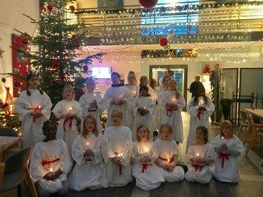 Onsdag den 13. december gik børnekoret Lucia på æblehaven se billeder nedenfor