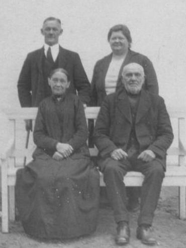 Johanne og Hans Sønder bag et af deres forældrepar i 1920erne.