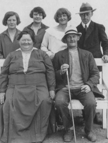 Johanne og Hans foran Bodil, Gerda, Magda og hendes kæreste Hans Rasmussen 1928-30.
