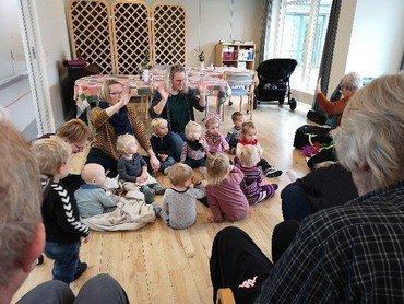 Børn synger for ældre