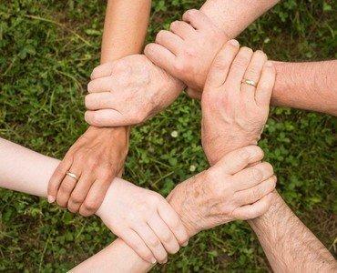 hænder holdes i fællesskab