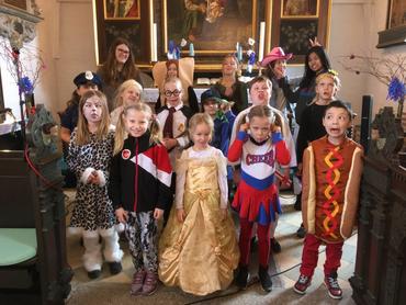 børn optræder i kirken til fastelavn