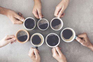 Kaffekopper og hænder