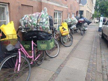 Parkerede cykler med stor bagage foran Fedtekælderen
