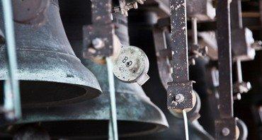 Nærbillede af klokker i tårnet