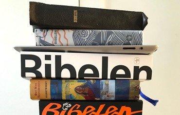 En stak forskellige udgaver af Bibelen