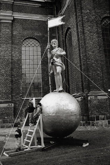 Globussen og Manden på jorden foran kirken
