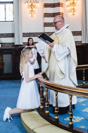 Pige konfirmeres af præst
