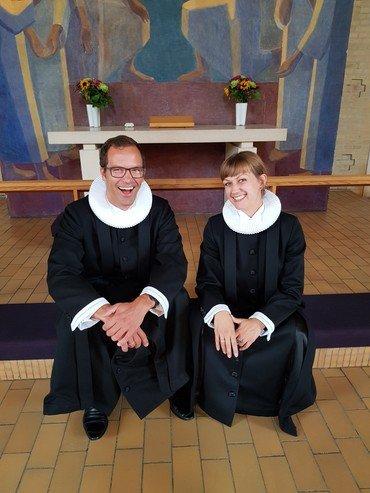 Præsterne Anders Gam Larsen og Sarah Bach la Cour sidder på knæfaldet