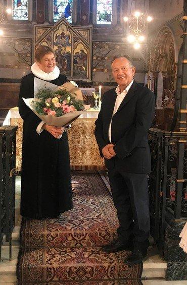Karin overrækkes buket af kirkekomité formand Jesper Bitsch.