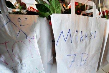Billede fra konfirmation, hvor der ses to poser med tustegnet navne og indholdet er gaver til konfirmander og blomster