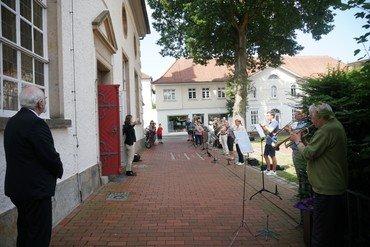 """Der Posaunenchor spielt vor der Kirche ein """"musikalisches Grußwort"""""""
