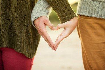 Hænder danner et hjerte