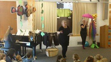 Optræden, med musik, sang og dans