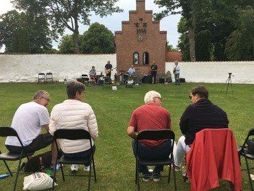 bluesband og publikum på græsplæne