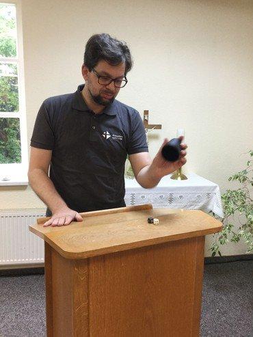 Pfarrer Lars Obhagen befragt die Würfel zum Thema Glück