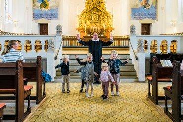 Præsten sammen med børn