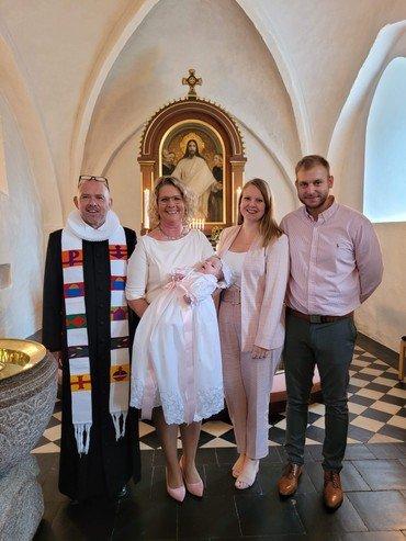 Leonora Rathcke Holde Westh med familie og præst