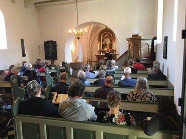 Folk samlet i Stjær kirke til morgensang