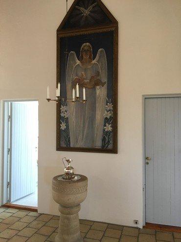 Billede af døbefonden og maleriet med englen og det lille barn