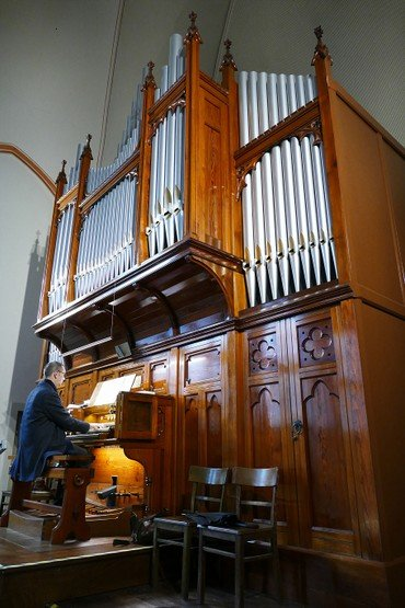 Oliver Kluge an der Englischen Orgel in Nazareth