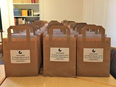 Die Tüten sind schonmal gepackt und warten dann Ostersonntag auf Euch im Foyer des Nazareth Gemeindehauses.