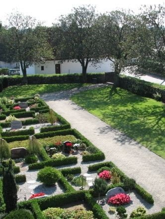 Auning kirkegård med Det Gamle Hospital i baggrunden