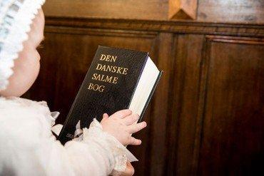 Barn med en salmebog