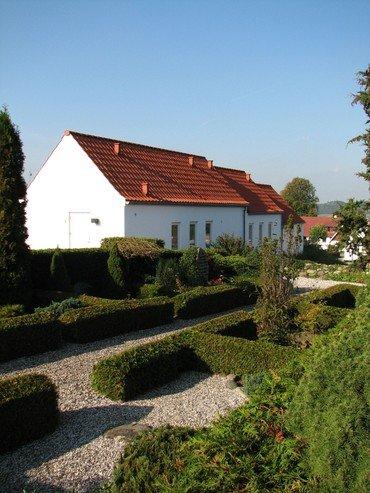 I kirkegårdens nordvestlige hjørne ligger graverhuset
