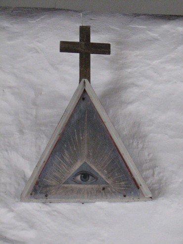 På indersiden af korbuen, øverst oppe, er anbragt en trekant af træ, i hvis midte Guds vågne øje ses. Den har oprindelig siddet i lydhimlen over prædikestolen