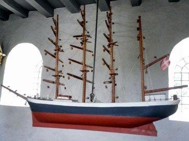 Skibet er skænket af slægtninge til maskinmester Laurs Laursen Salling til minde om hans indsats for de allierede under 2. Verdenskrig og i Koreakrigen
