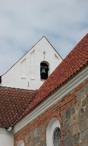 Kirkens gamle klokke har en inskription på latin