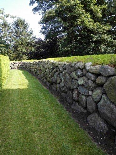 Kirkegården ligger omgivet af et smukt og meget gammelt stengærde