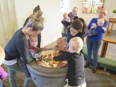 Billede viser babysalmesang situation