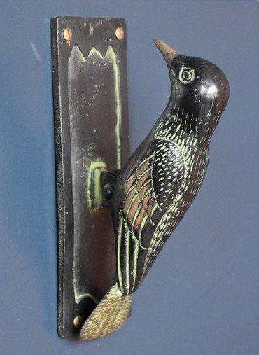 Logo med fugl som dørhammer