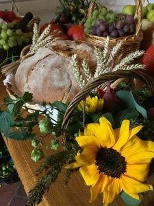 Kurv m. blomster og brød