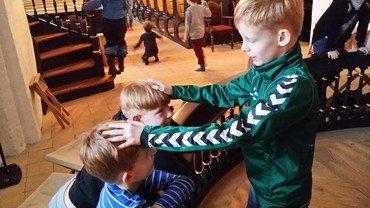 børn ved kirkens knæfald