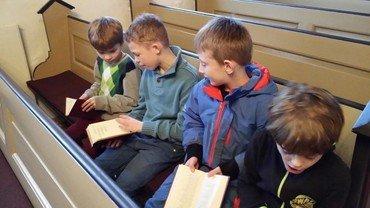 børn på kirkebænk