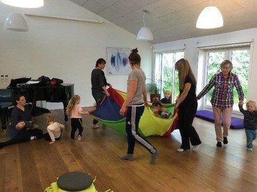 børn og voksne danser og synger