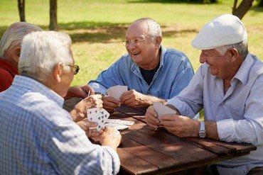 Mænd spiller kort omkring et borg