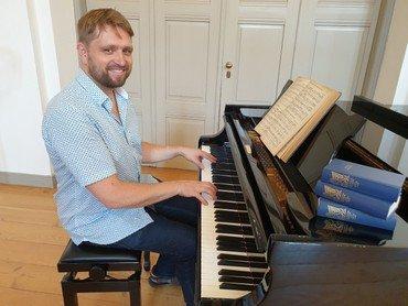 Organist Rune Skov Thomassen ved flyglet til SYNG MED