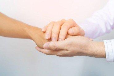 Trøstende hånd i hånd