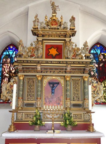 Grenaa Kirkes altertavle, med mordene kunst: Stjernen og Jesu korsfættelse