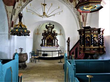 Kirkens indre. Døbefont med fontehimmel til venstre, alter og altertavle i midten, prædikestol med lydhimmel til højre