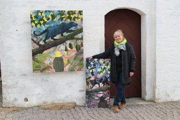 Marianne Boelsmand fremviser sin kunst foran kirke