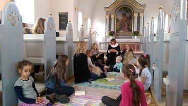 Her ses Else Korsholm ved en børnegudstjeneste