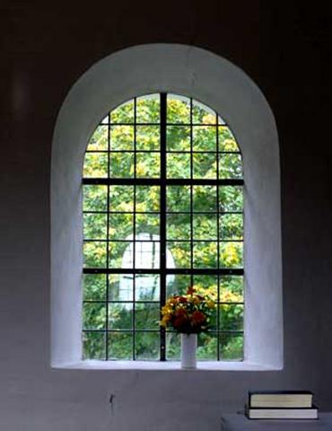 Sengotisk rundbuevindue uden dekoration inde