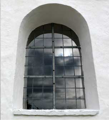 Sengotisk rundbuevindue uden dekoration ude