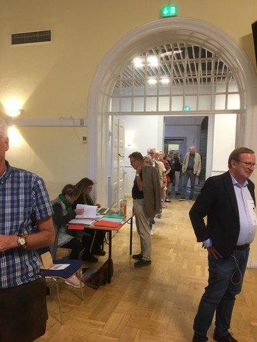 Der var kø ved valgbordet hvor de fremmødte skulle registreres på den digitale valgliste.