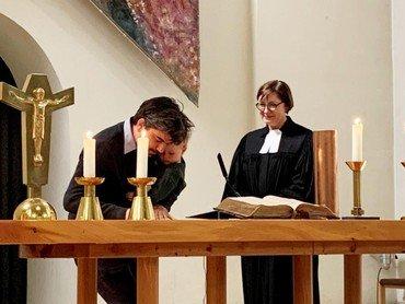 Unterzeichnung der Urkunde im Gottesdienst